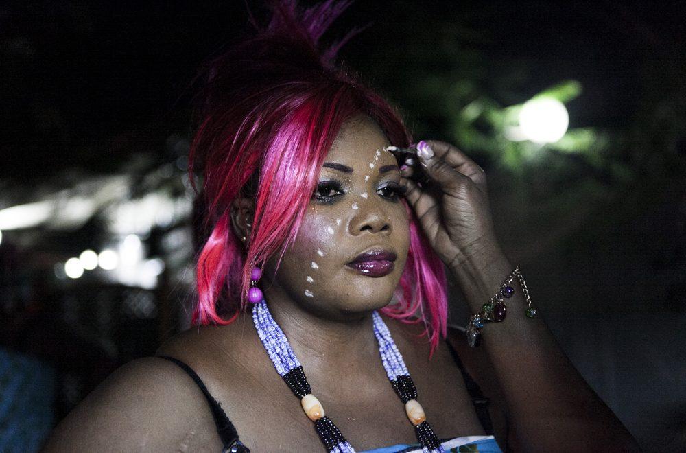 Concursante de Mama Kilo maquillándose