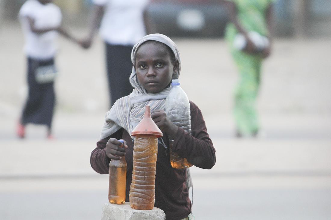 Una niña vende bebidas en un suburbio de Yamena / Getty Images