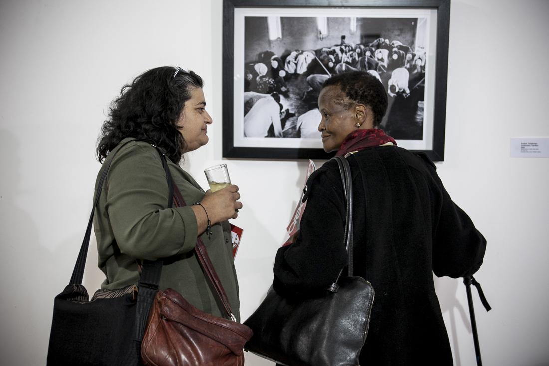 Amanda Sanger, responsable del área educativa del museo, charla con Sheila Tyeku, directora de Play Africa/Children´s Museum /Fotografía: Eva Filgueira Guimerá