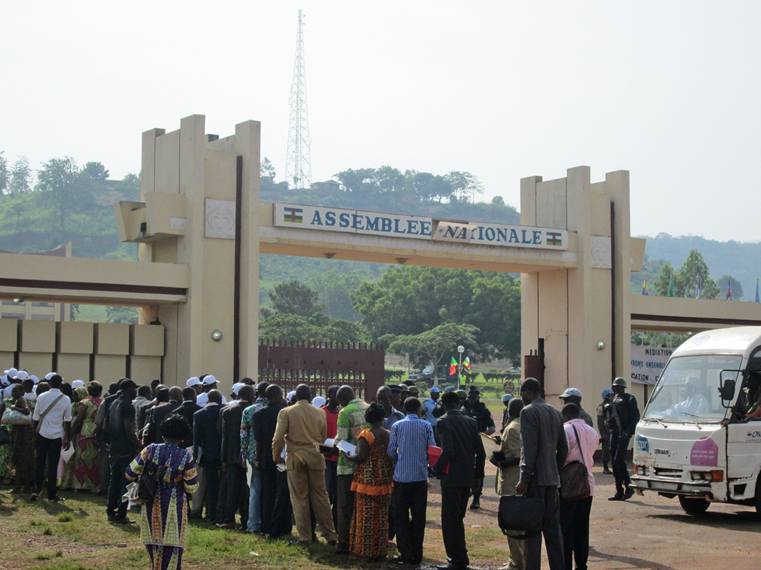 Una fila de personas delante de la Asamblea Nacional Centroafricana / Fotografía: José Carlos Rodríguez Soto
