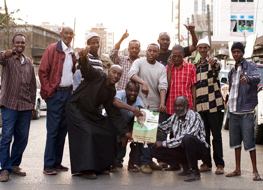 Ciudadanos tanzanos con el cartel electoral de uno de los candidatos en las últimas presidenciales / Fotografía: Sebastián Ruiz - Mundo Negro