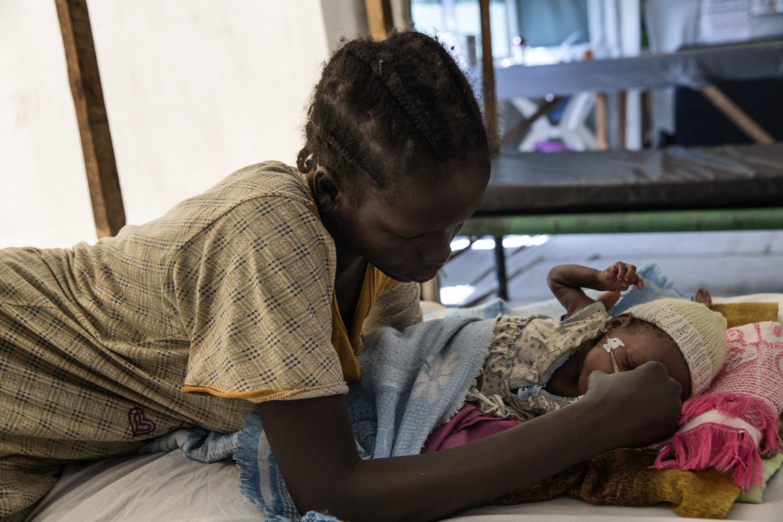 Mata la guerra, mata el desplazamiento, matan las enfermedades. En este hospital de Médicos Sin Fronteras, al menos se pueden tratar las enfermedades. Así se salvan vidas. Mary-Jane y su madre en el hospital de MSF en Malakal. Mary-Jane sufre una enfermedad respiratoria y desnutricón. Ahora responde positivamente al tratamiento de TB. Foto: MSF
