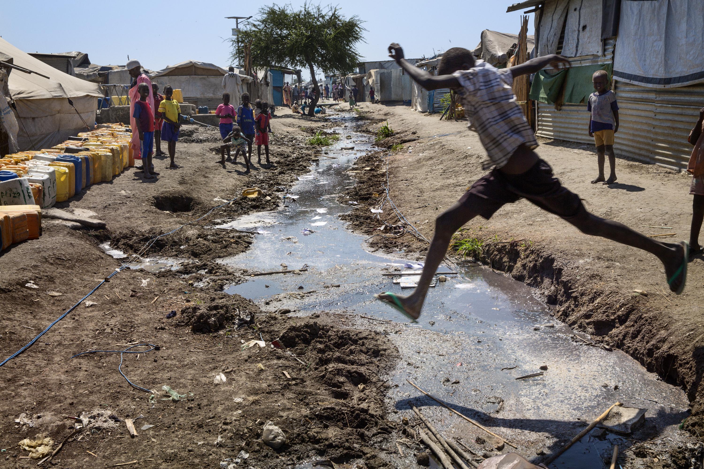 La guerra ha empujado a 1,6 millones de personas fuera de sus hogares; en su mayoría, viven hacinadas en campos insalubres como estos. Recinto de protección de civiles custodiado por la UN en Malaka y que fue atacado a mediados de febrero. Foto: MSF.l