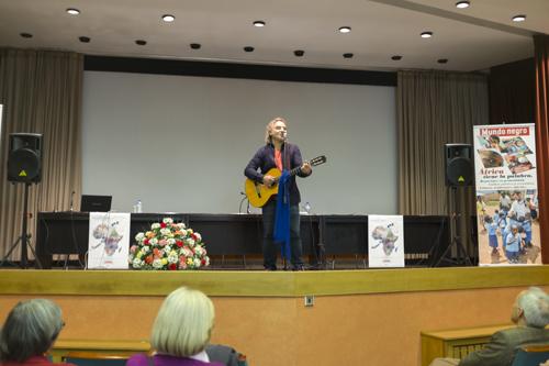 El cantautor Migueli abrió, en la tarde del viernes 5 de febrero, las sesiones del Encuentro África con un concierto solidario / Fotografía: Javier Sánchez Salcedo