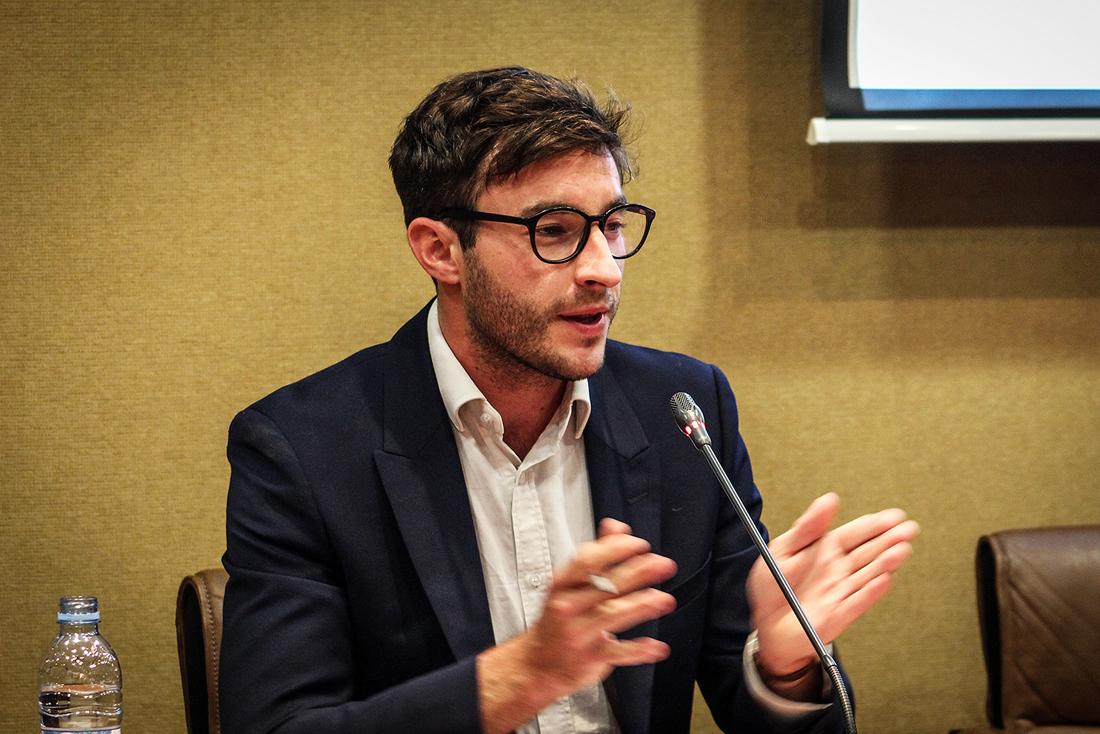 """Richard Mallet expone las conclusiones de su informe """"Journeys to Europe"""" durante en un encuentro de la Fundación porCausa, Overseas Development Instutute y Política Exterior."""