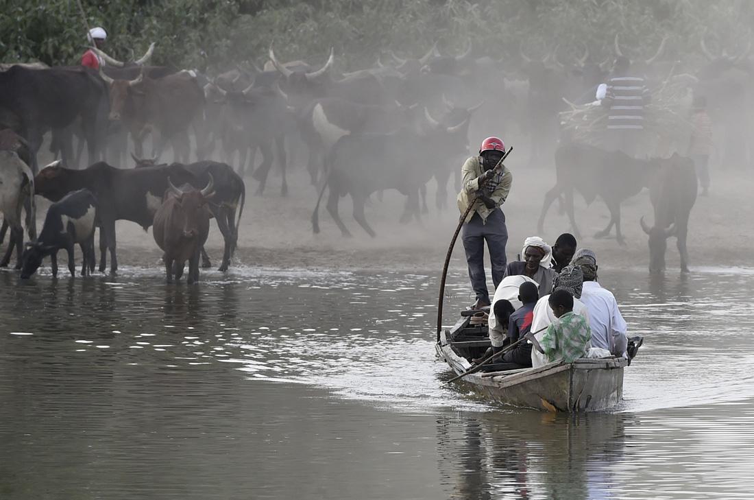 Hombres en barca cruzando el lago Chad