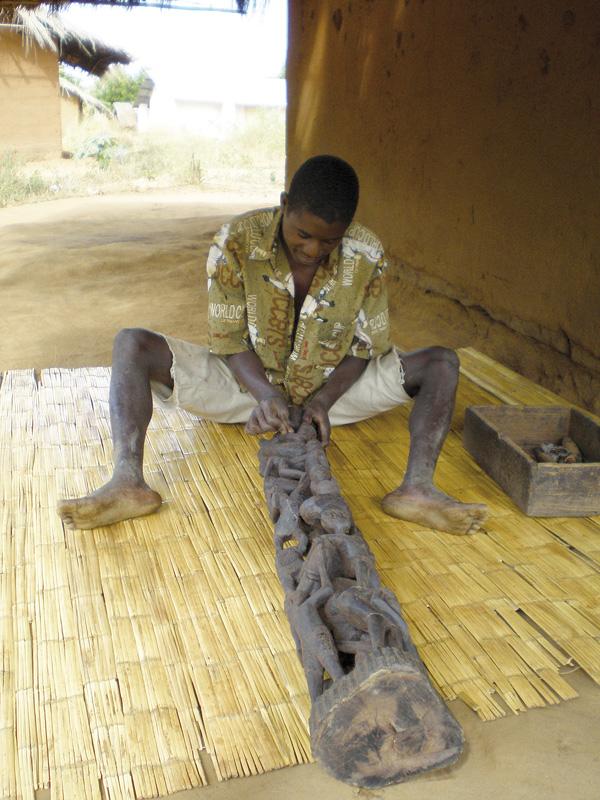 Trabajos de un artista makonde en una ujamaa, una de las expresiones escultóricas más singulares de este pueblo, que se distribuye entre Tanzania y Mozambique / Fotografía: Archivo Mundo Negro