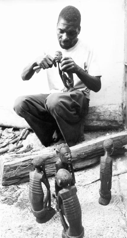 23 de enero de 1980. Un escultor makonde trabaja una pieza en una cooperativa de la provincia de Nambula, al norte de Mozambique / Fotografía: Archivo Mundo Negro.