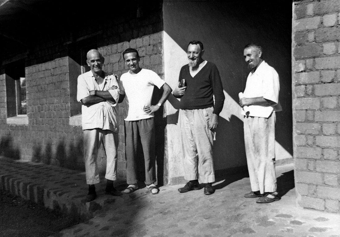 La primera comunidad comboniana en Agbosi (RCA) en 1967, formada por el P. Luigi Gusmeroli, el P. Paolo Busnelli y los hermanos Vittorio Montolli y Nicola Schiavone / Fotografía: archivo Mundo Negro
