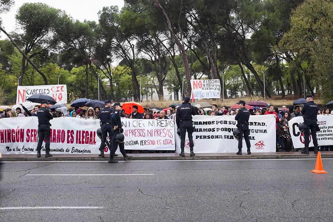 Centenares de personas se congregaron frente al Centro de Internamiento para Extranjeros de Aluche para apoyar a los internos y pedir el cierre de los CIE / Fotografía: Javier Sánchez Salcedo