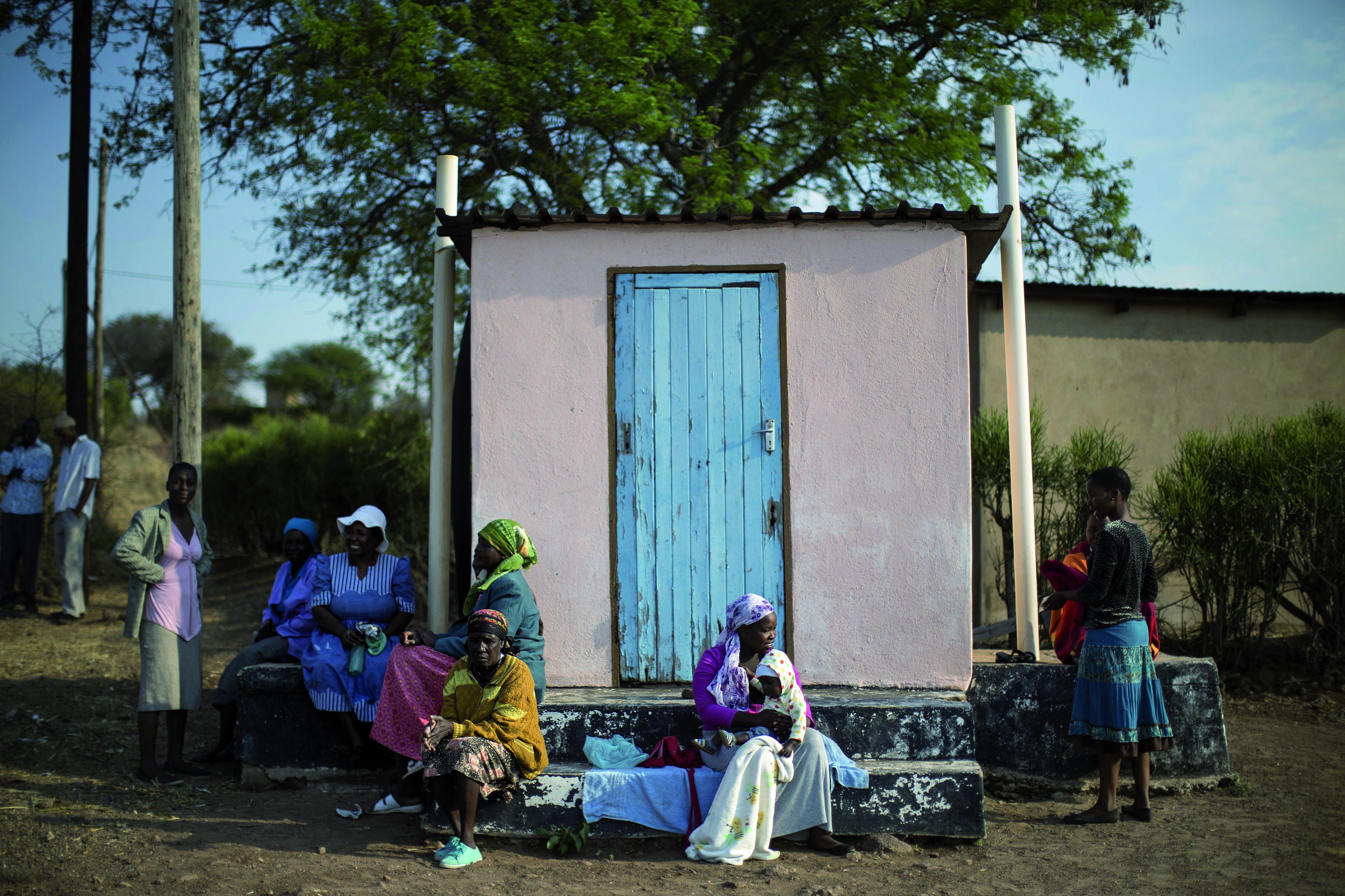 Residentes de Serewe, Botsuana, descansan a la tarde. Fotografía: Getty Images