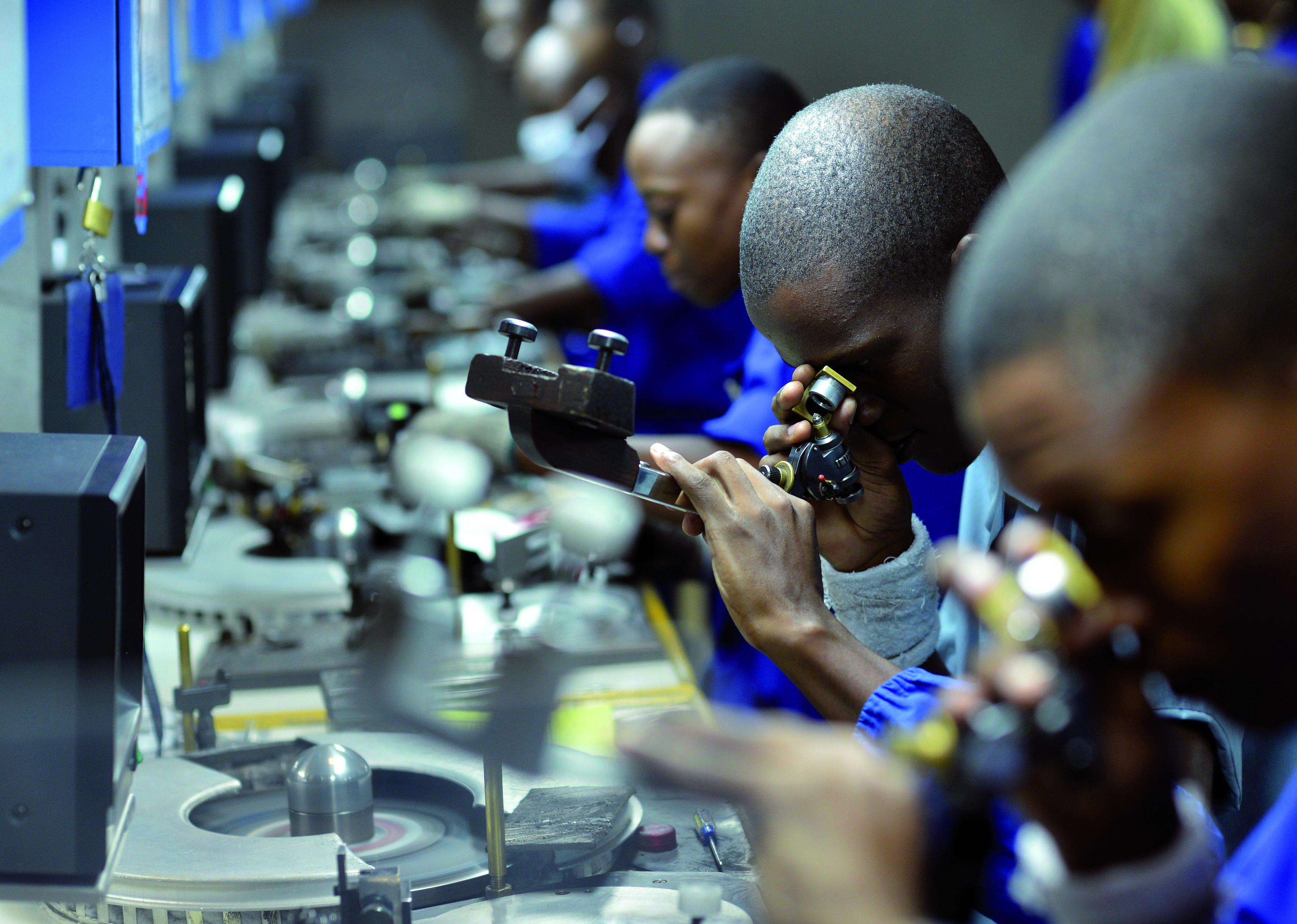 Trabajadores chequean, cortan y pulen diamantes en una fábrica de Gaborone, Botsuana Fotografía: Getty Images