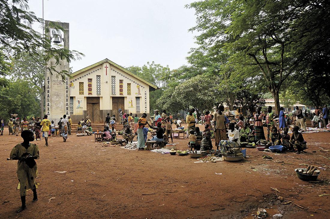 Entrada de la iglesia de Santa Ana, en Dékoa / Fotografía: Archivo Mundo Negro