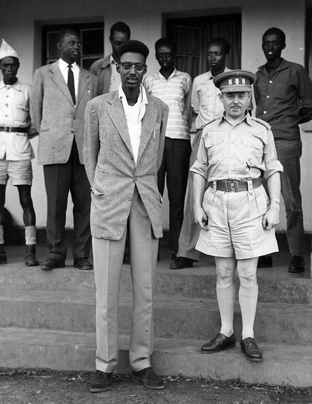 El general belga Janssens posa con el rey Kigeli V en la entrada de Nyanza. Era el 17 de noviembre de 1959 / Fotografía: Getty Images