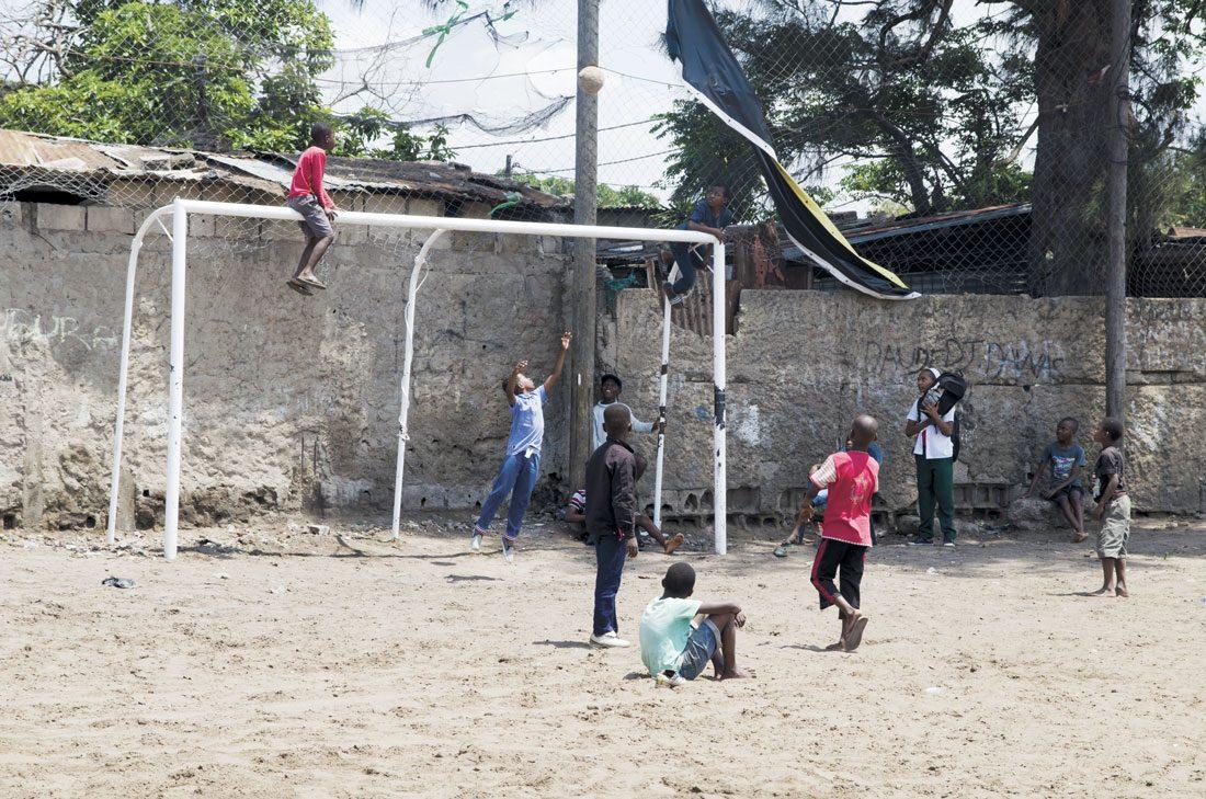 """Un grupo de niños jugando al fútbol en el """"estadio nacional"""" / Fotografía Javier Fariñas Martín"""